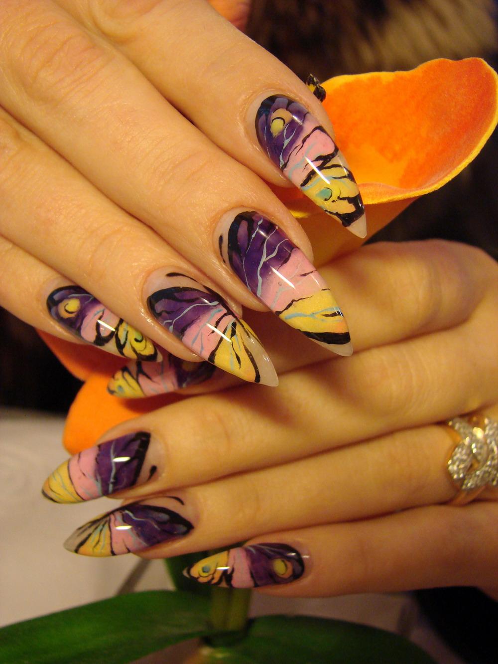 Рисунок бабочки на острых ногтях фото